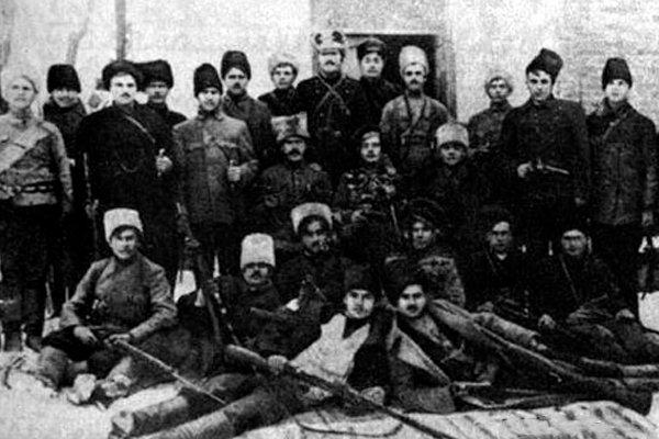 Отряд махновцев под командованием Ф. Щуся (в центре) в период борьбы с австрийско-немецкими оккупантами и гетманцами. Осень 1918 года