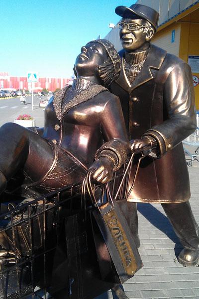Бронзовая скульптура возле магазина лента в Барнауле.