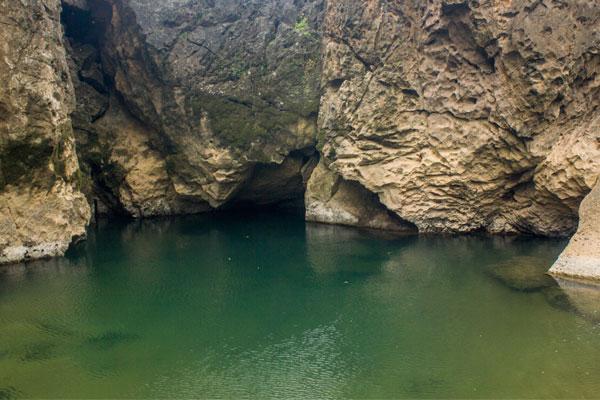 Вода и скалы. Синяя река. Фоннья. Вьетнам.