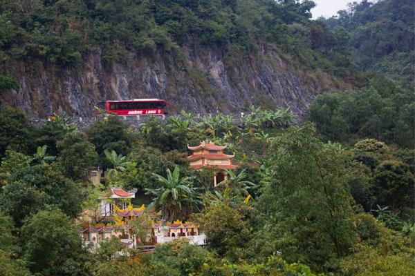 Остров Cat Ba. Путешествие на мопеде. Автобус, едущий по дороге в горах.