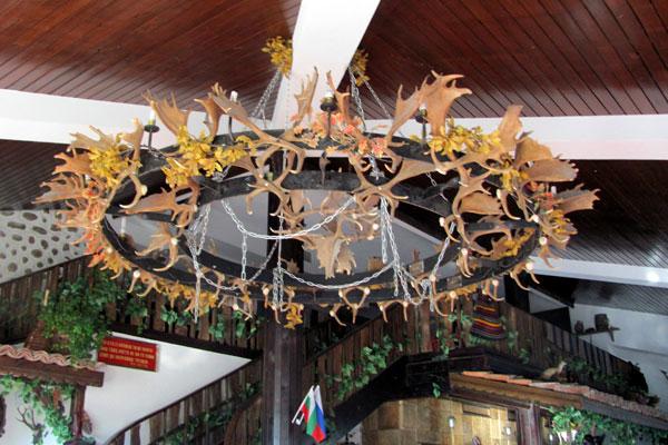 Люстра из рогов в отеле города Мелник. Болгария.