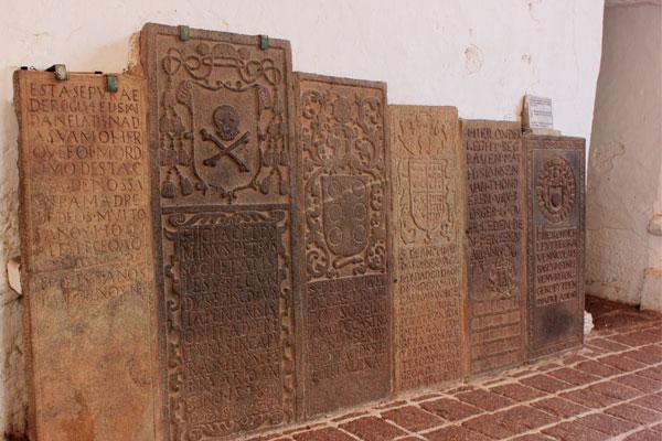 Надгробные плиты в церкви святого Павла. Малакка, Малайзия.