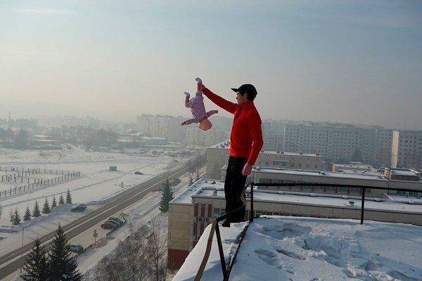 Девочка висит вниз головой над землей на высоте около 20 метров (фото для примера)