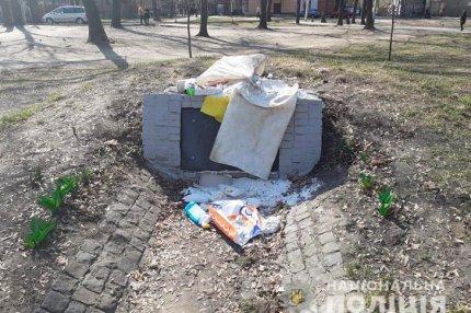 Памятник УПА забросанный мусором