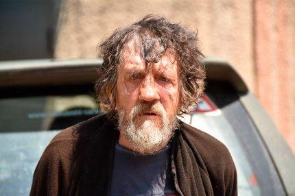 Пожилой человек, которого якобы заставили ополченцы пройтись по минному полю