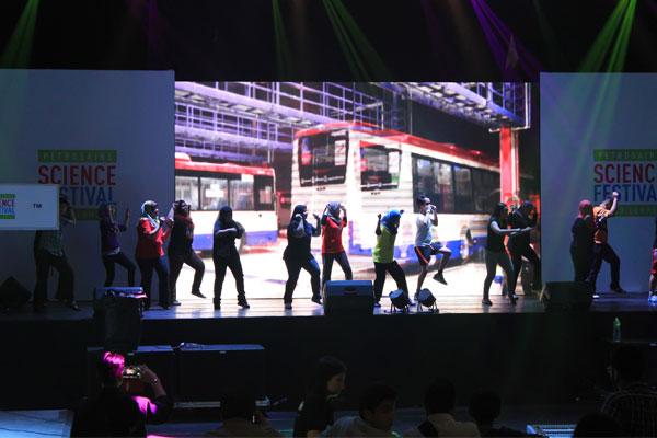 Девочки в хиджабах танцуют рэп. Куала-Лумпур. Малайзия.