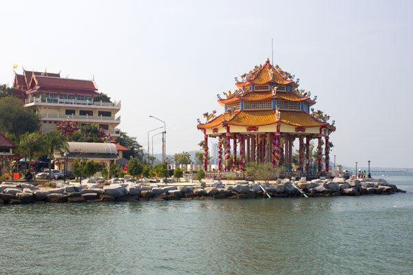 Пагода у пирса в Сираче. Таиланд.