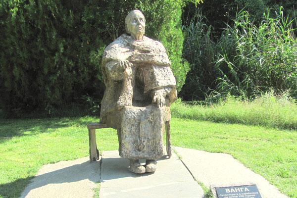 Памятник Ванги в селе Рупите. Болгария.