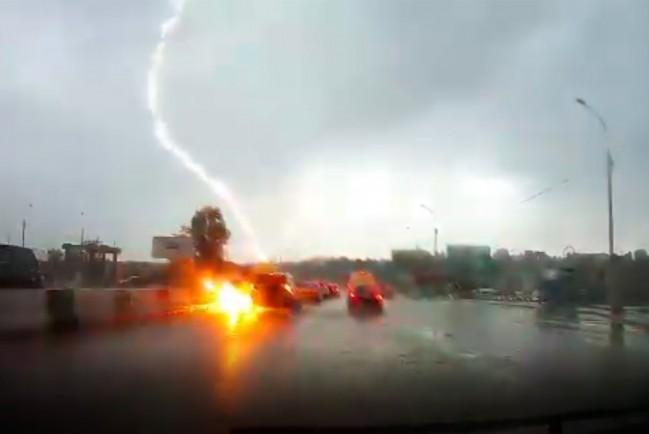 В Новосибирске в автомобиль ударила молния