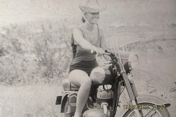 Чёрно-белая фотография. Девушка на мотоцикле.