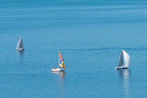 Момент соревнования между яхтами. Одной яхте повезло, она поймала ветер
